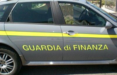Porto Recanati, la Gdf scopre un laboratorio di capi di abbigliamento con marchi contraffatti: tre denunce