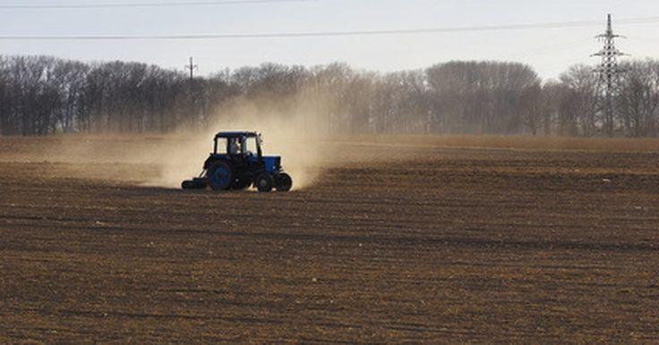 Cómo solucionar problemas del sistema hidráulico de un tractor Ford. Los tractores Ford utilizan sistemas de asistencia hidráulica para subir, bajar o mover una variedad de ascensores, cargadores y herramientas para el movimiento de tierra. Todos los tractores de Ford tienen los mismos componentes hidráulicos: una bomba, el depósito, un filtro de alta presión, mangueras, accesorios y pistones hidráulicos. Tener los ...