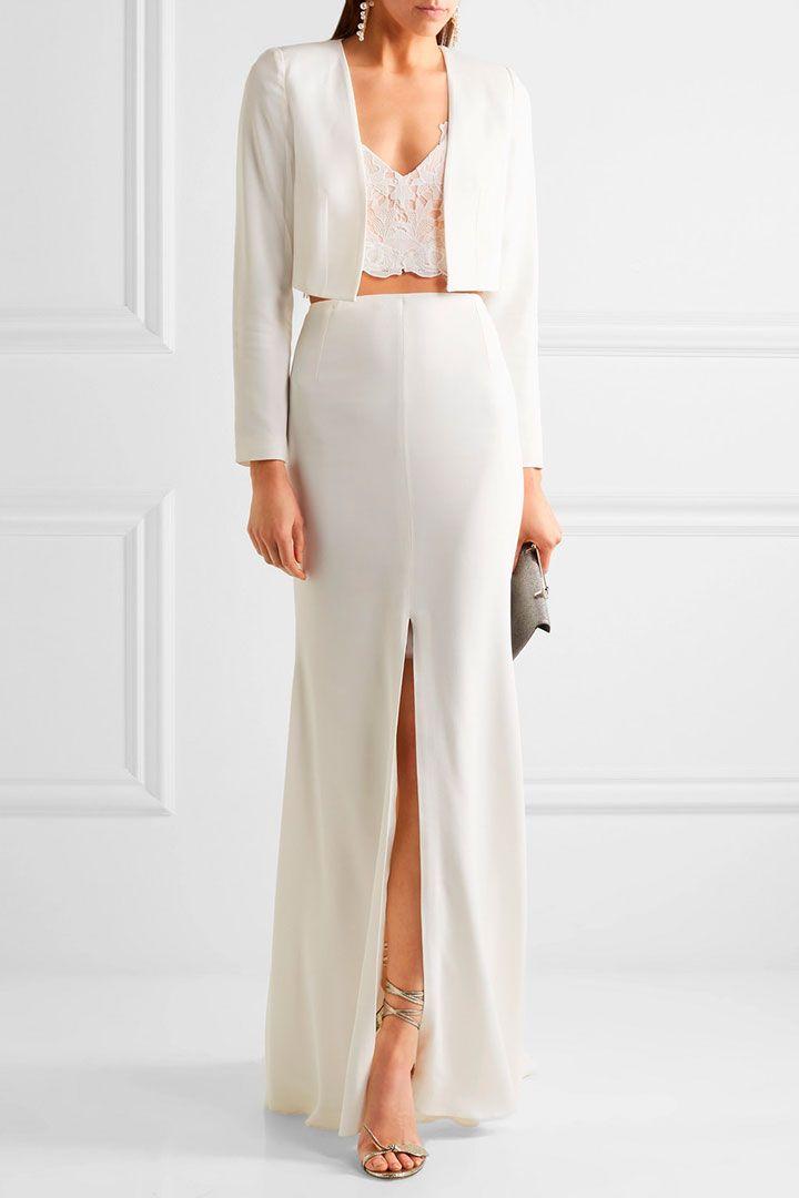 Top de encaje y chaqueta Esta opción de novia para civil es de nuestras favoritas, combina lo moderno de la chaqueta con el top y lo atemporal de la falda larga