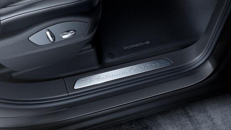 Porsche legt eine neue Platinum Edition des Cayenne auf. Äußerlich an sportlichen Akzenten erkennbar bietet die Sonderserie von Cayenne Diesel und Cayenne S E-Hybrid eine besonders hochwertige Ausstattung zum sehr attraktiven Preis. So füllen serienmäßig 20 Zoll große RS Spyder Design-Räder die verbreiterten Radhäuser. Im exklusiven Interieur dominieren die in acht Wegen elektrisch verstellbaren Leder-Sportsitze…