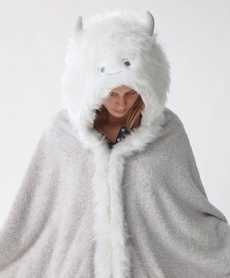 Manta monstruo yeti - Los más buscados - Rebajas de Invierno en moda de mujer en Oysho online: ropa interior, lencería, ropa deportiva, pijamas, bodies, camisones, complementos, zapatos y accesorios.