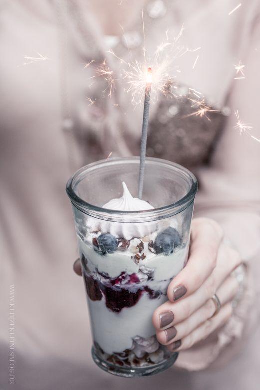 KLITZEKLEIN   Eton Mess mit Blaubeeren und hausgemachtem Baiser – { Mein Last Minute Silverster-Dessert }   http://www.klitzekleinesblog.de