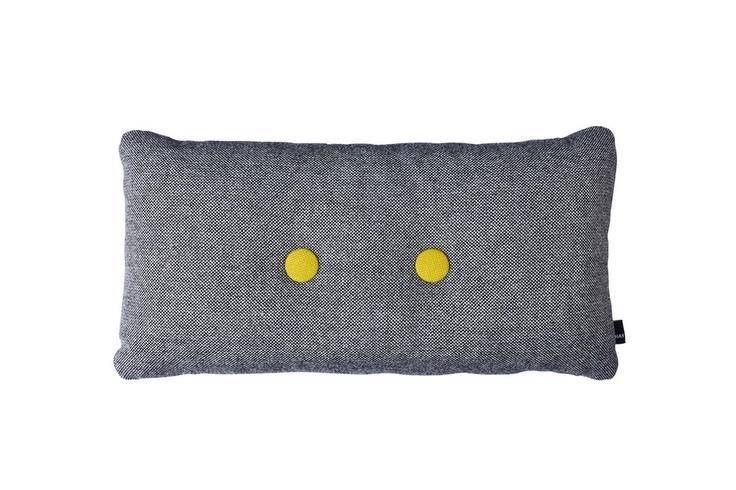 Coussin rectangulaire avec 2 boutons et bicolore en tissu Hallingdal.    Les coussins de la collection Dot Cushion sont rembourrés avec de la mousse et ont une taie fabriquée 70% laine et 30% viscose.    Les coussins Dot de Hay ont un look qui ne laisse pas indifférent. La forme toute simple est complétée par un bouton de couleur très contrasté sur les deux faces du coussins. Le résultat est une parfaite revisite du design scandinave minimaliste dans les tendances colorées actuelles.