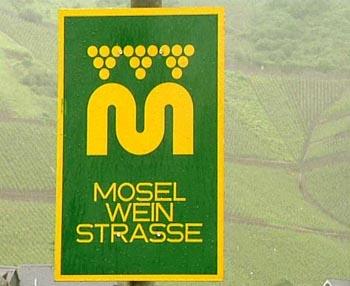 Die Moselweinstraße ist eine den Fluss begleitende, 242 Kilometer lange Autoroute - ein genussvoller Reiseweg für Weinfreunde und Feinschmecker. Die nachstehend beschriebene Route beginnt in Igel und endet in Winningen.