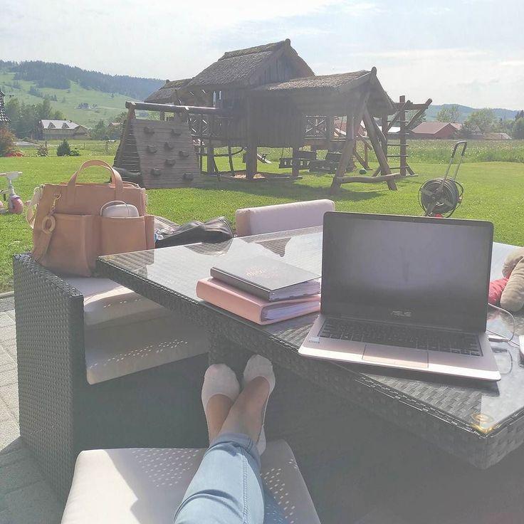 Absolutna perfekcja WSZYSTKIEGO  dzieci na powietrzu i szczęśliwe. Ja w słońcu robię dokładnie toco akurat chcę. Powiem nieskromnieze ogarnęłam tę część #SmartLifetrip na poziomie mistrzowskim. Tak wlasnie #ułatwiamcodzienność ;) A juz wygrałbym życie mając domek z takim ogródkiem ;) #góry #tatry #tatrymountains #bialkatatrzanska #maj #wakacjematki #lovemywork #lovemylife # zyjtakjakchcesz #Asus #zenbook #skiphop