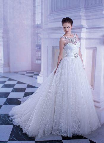 Свадебное Платье Недели Demetrios 555 Скидка 50% Стоимость со скидкой - 60 000 руб Бальное свадебное платье из тюльмарина, усыпанного блёстками. Область декольте, прикрытая прозрачной сеткой, украшена вышивкой кристаллами и жемчужинами. Аналогичный декор очерчивает V-образный вырез на спинке. Пышная многослойная юбка со шлейфом подчёркнута по линии талии широким поясом, декорированным по центру переда ювелирной аппликацией в форме пряжки.