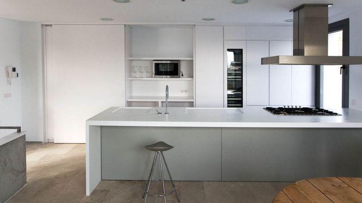 Los electrodomesticos de la cocina disimulados bajo paneles correderos
