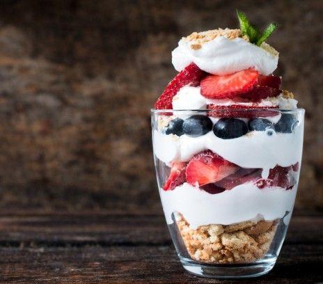 Deser owocowo-jogurtowy - Przepisy.Korzystajmy z lata, tak krótko trwa! Deser owocowo-jogurtowy to przepis, którego autorem jest: Magda Gessler