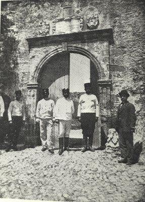 Kissamos...1903 Castel Chissamo - Porta della rocca archive of Giuseppe Gerola.. Monumenti Veneti nell'Isola di Creta. Διακρίνονται Ιταλοί όπως και Κρητικοί χωροφύλακες στην είσοδο της πόλεως .