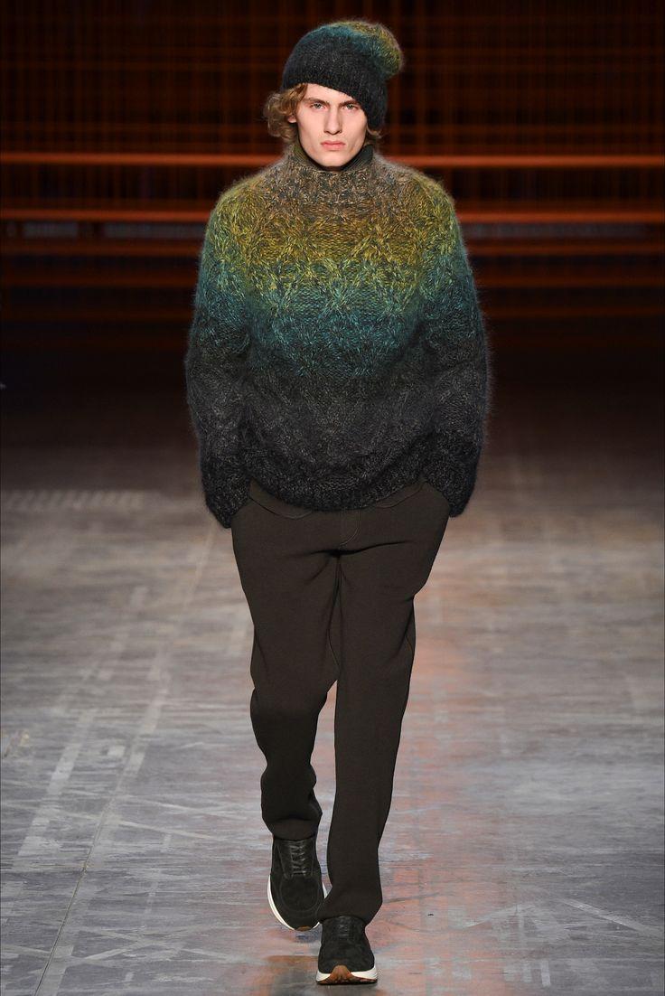 Guarda la sfilata di moda uomo Missoni a Milano e scopri la collezione di abiti e accessori per la stagione Autunno Inverno 2017-18.