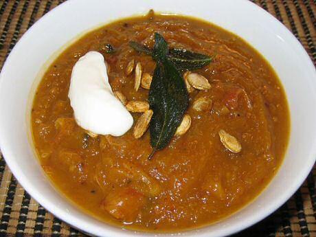2 pompoensoep recepten van Jamie Oliver: een lekkere herfst pompoensoep met muskaatpompoen en kastanjes en gewoon met soepgroenten.