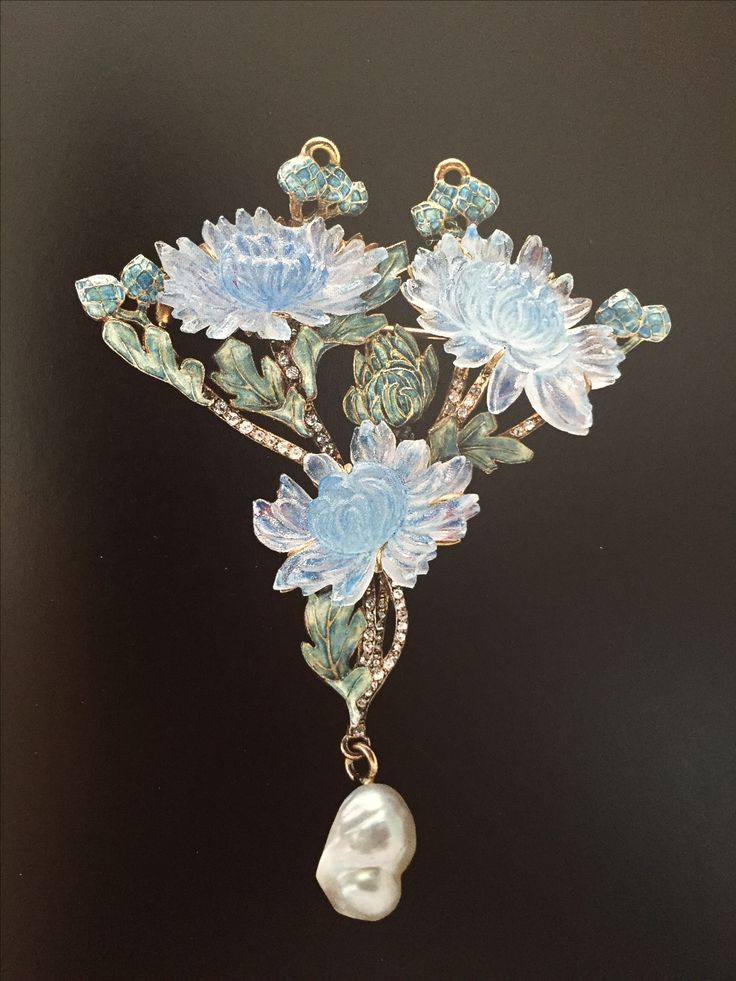 René Lalique. Chrysanthemum Pendant 1900. Gold, enamel, glass, Diamond, baroque Pearl: