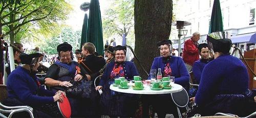 Den Haag Traditiegetrouw komen elk jaar vele vrouwen uit Staphorst  naar Den Haag voor het bijwonen van Prinsjesdag na afloop genieten zij  even bij de Posthoorn van een vooral warm kopje koffie of thee  de Staphorster vrouwen in de zondagse winterdracht. #Overijssel #Staphorst