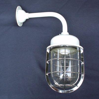 船舶用照明はレトロな雰囲気が人気古き良き時代を彷彿とさせるデザインなんだか懐かしくて可愛いランプです。グローブはクリアな透明ガラス防湿ブラケットなので 浴室やサニタリーなど湿気の多い場所でも 取り付けOKです。防雨型にもなっていますので 外灯としても可愛い♪100ワットまで使えますので 明るさを求める方にもおすすめ♪個性的な灯りをお探しの方にピッタリです。密閉形・防湿防雨形 適合ランプ(E26) 白熱灯〜100W 電球形蛍光灯:〜100W型 【LED電気対応】〜100W高320・出幅270・幅140 本体:アルミ鋳物・オフホワイト色 フランジ:アルミダイカスト・オフホワイト色 パイプ:真ちゅう・オフホワイト色 ガード:真ちゅう・クロームメッキ グローブ:ガラス・透明 ※直配線工事が必要となります。商品の取り付けは必ず電気工事店にご依頼ください。浴室用 外灯用としてご使用になる場合は 防水のためコーキング施工で 隙間の無いよう確実に設置してください。電球は付属していません。