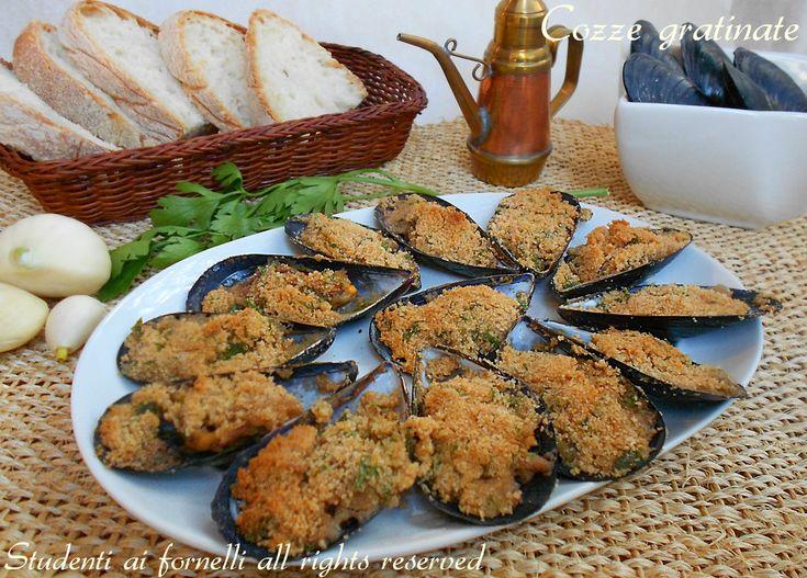 Le cozze gratinate sono un antipasto di pesce davvero delizioso, le cozze vengono gratinate al forno con una saporita panatura. Ricetta cozze gratinate.