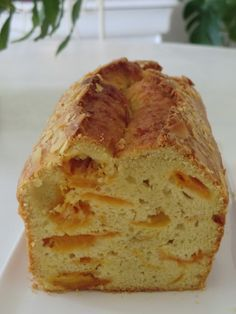 Cake à l'abricot et à l'amande sans gluten et sans lactose •200 g de farine de riz blanc •3 oeufs •100 g de sucre complet •100 g de purée d'amande •10 cl de lait d'amande cuisine •320 g d'abricots dénoyautés •1 c à c de levure sans gluten •amandes effilées