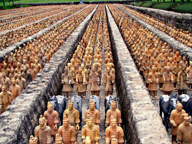 Терракотовая армия – находка, которая потрясла мир Наша земля полна древнейших загадок и тайн. Каждый народ и каждая страна имеет историю, корни которой уходят далеко в прошлое. Наглядный пример – Китай. Китай настолько древняя страна, что его богатая история начинается за множество веков до нашей эры. А каждые археологические раскопки там приводят к находкам, которые потрясают воображение человечества. Одной из таких находок и стала терракотовая армия.  Терракотовая армия названа одним из…