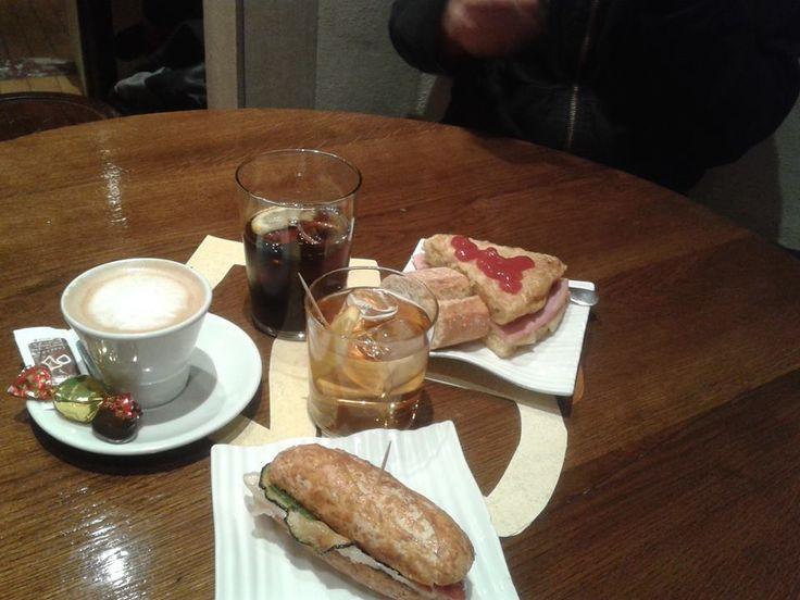 También hay café y #pinchos http://blog.GustavoyEly.com