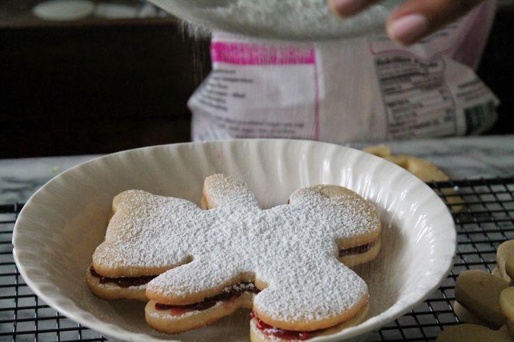 Teddy bear cookies!!! Raspberry filling is the best part in this sweet treat. Mil Grageas