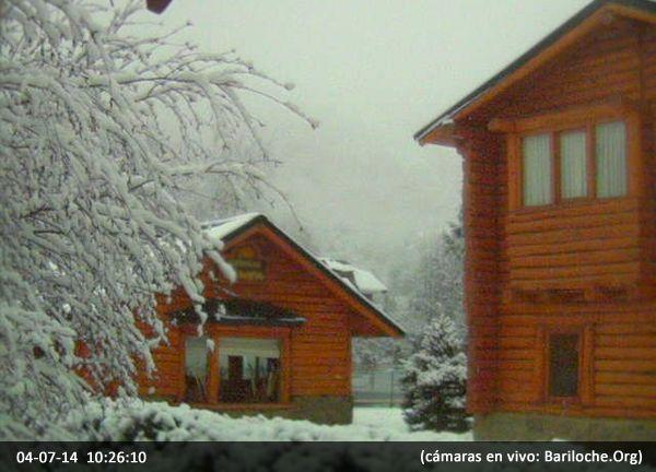 Buen Viernes!!  Y que mejor para empezar el fin de semana que esta imagen EN VIVO desde la base del cerro Catedral nevando...  Bariloche te espera ¿venís? www.bariloche.org