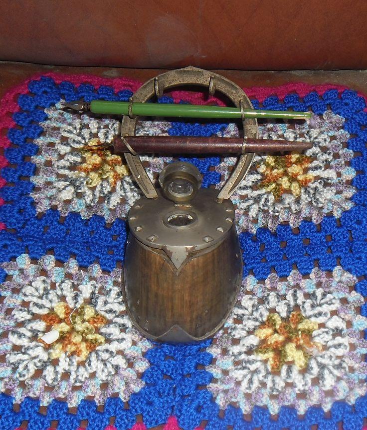 Raro e antico calamaio (arte di trincea o arte militare ) realizzato con un vero zoccolo di cavallo e il ferro di cavallo realizzato come porta pennini   Euro 150