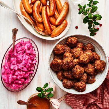 Köttbullar och kycklingprinskorv med rödbetssallad | Recept ICA.se