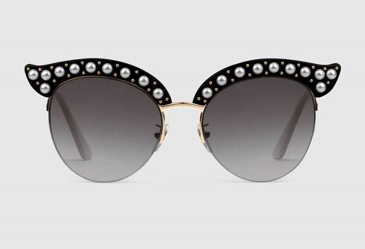 OCCHIALI NERI CON PERLE…Gli Occhiali da sole Cat Eye Gucci sono un classico molto amato dalle fashioniste…Anche quest'anno la maison propone forme originali e inserti gioiello che non passano innosservati!  Prova la nuova collezione eyewear GUCCI, vieni al Emporio Occhiali Fardin, ti stupiremo! Occhiali da sole Cat Eye Gucci con montatura in acetato nero con borchie in metallo color oro e effetto perla #emporioocchialifardin #Guccieyewear #ottica #cordignano #Treviso #fashioniste