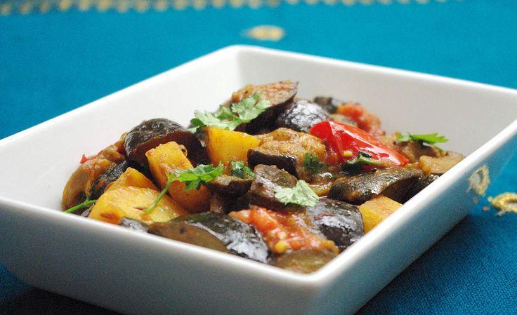 Recette de curry indien en vidéo Aloo began Bonjour et bienvenue dans mon blog cuisine . Aujourd'hui nous allons préparer Aloo baigan , c'est un curry d'aubergines avec des pommes de terre. Pour cette recette indienne, il faut : 350g d'aubergine coupée...