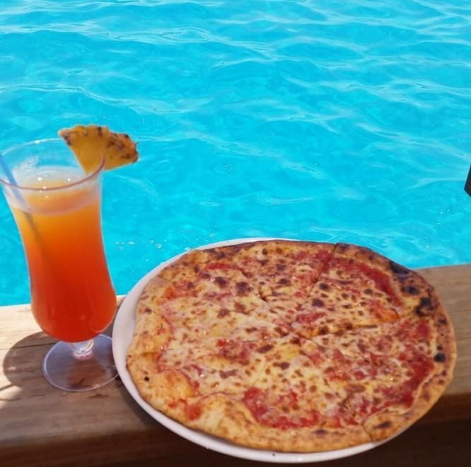 Fiji, una margherita nell'oceano: la pizzeria è in mezzo al mare