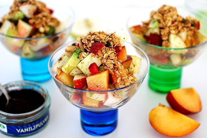 En härlig mellanmålsfruktsallad med säsongens frukter samt avokado som mättar bra. Frukterna har fått marinera i äppeljuice samt vaniljpulver vilket tar fram dess sötma ytterligare och ger en underbar smak.