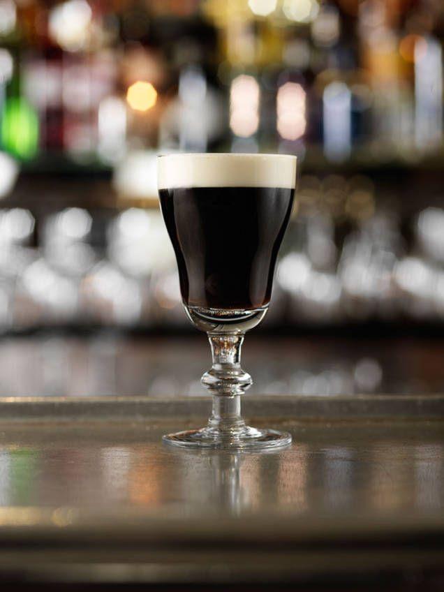 Irish coffee är en klassisk drink med varmt kaffe och irländsk whiskey, toppad med vispgrädde.