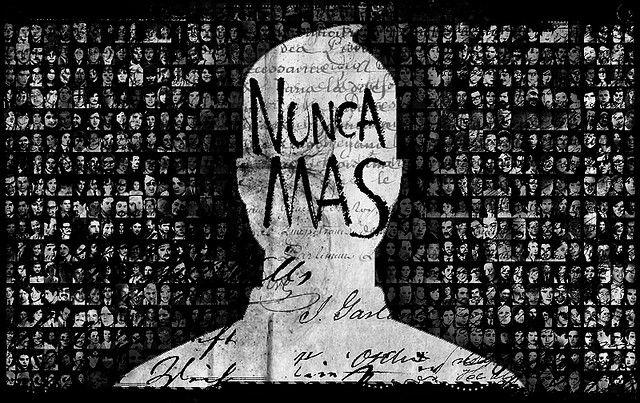 Los desaparecidos de Argentina durante la guerra sucia eran la historia verdadera pero estaban olvidados. Todas las fotos pequeñas son de los desaparecidos. La historia de los desaparecidos debe ser recordada para todos para prevenir el mismo error.