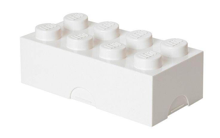 Deze broodtrommel in de vorm van een echte LEGO steen van 2 bij 4 noppen is pas echt cool om mee naar school te nemen! Aan de onderkant kun je naam schrijven met een watervaste stift of een naamsticker plakken. Je kunt de LEGO lunchbox natuurlijk ook gebruiken om pennen of koekjes en snoepjes in op te bergen. Gecombineerd met de bijpassende LEGO drinkfles heb jij jouw lunch op school goed voor elkaar!   Afmeting: volgt later.. - Lunchbox Lego: brick 8 wit