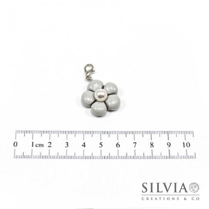 Charm fiore grigio e perla bianca con moschettone