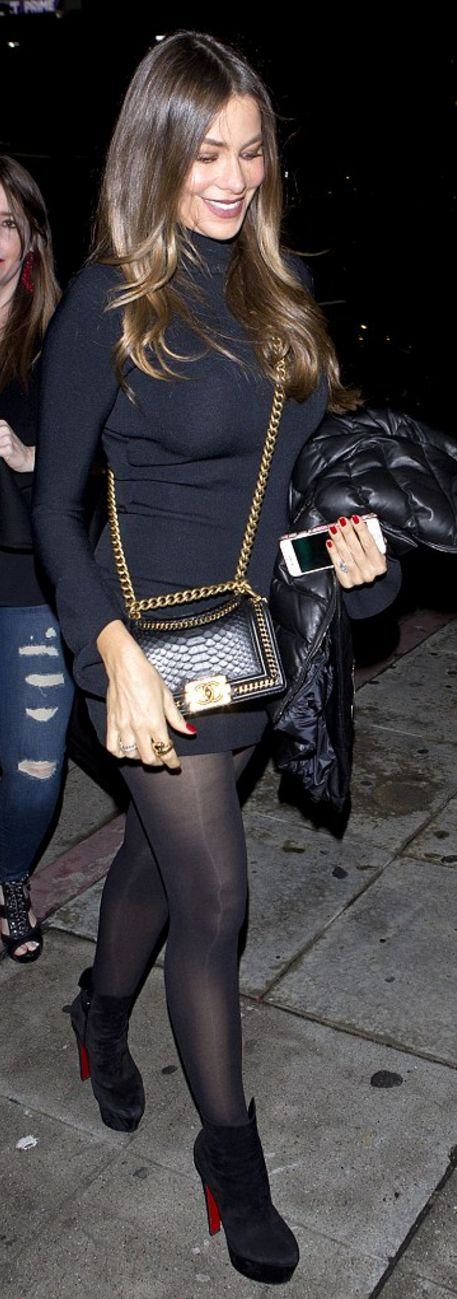 Who made Sofía Vergara's black tights, snake print handbag, and platform suede ankle boots?