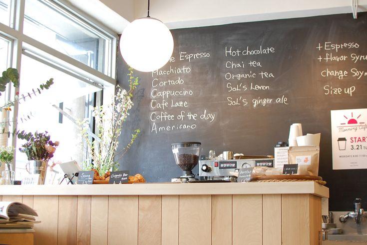 街角スナップ:SOL'S COFFEEの店頭に置いてあるベンチ