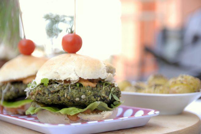 Wegańskie burgery z czarną soczewicą i szpinakiem