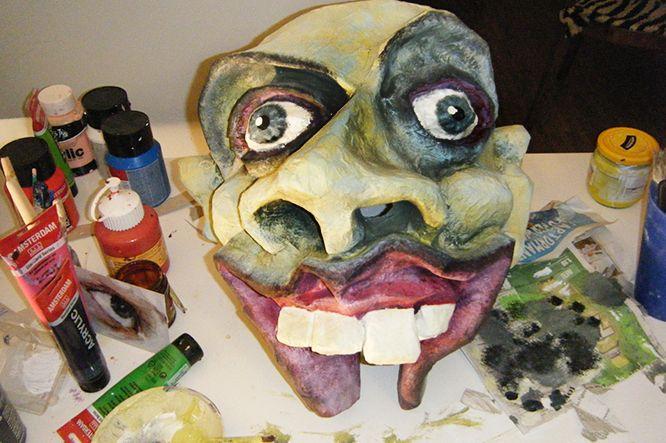 Eine Pappmaché Maske lässt sich aus Ton, Fischkleister, Maskenkarton, Schellack, Acrylfarben und etwas Fantasie basteln. Kwasikwarx.ch präsentiert die Anleitung zum Selbstbau in drei Kapiteln: Das Maskenmodell aus Ton. Die Maskenform aus Pappmaché. Der Farbanstrich der Kartonmaske.