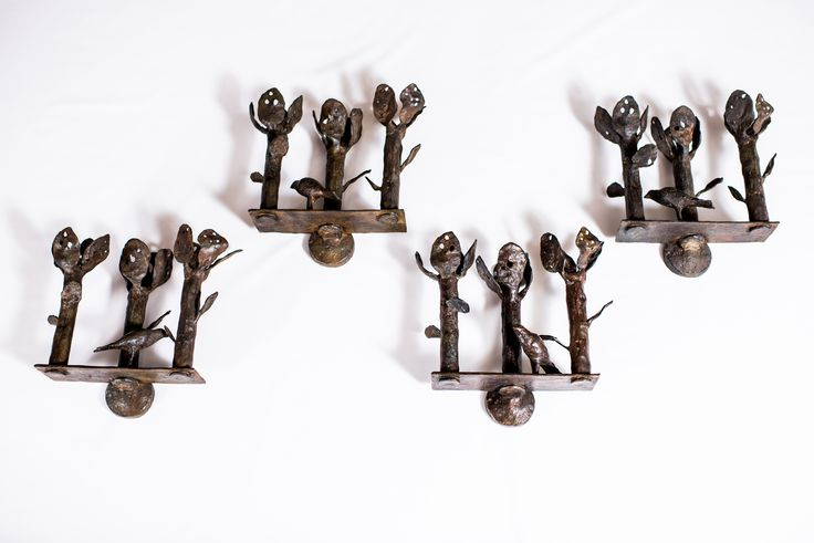 Attributed to Diego GIACOMETTI (1902-1985) Pair of three-branch wall sconces with birds, circa 1968 Bronze, signed DIEGO and monogrammed DG. H: 15.7 in. - L : 16.8 in. - D : 7 in. H: 40 cm. - L: 43 cm. - P: 18 cm.