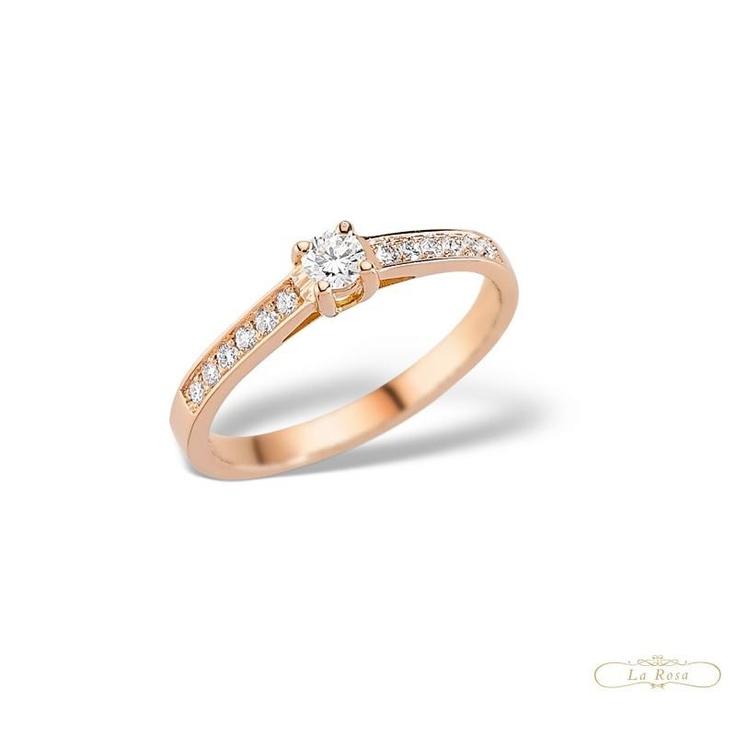 Frumusetea inelului de logodna LRY132 este data modul in care multiplele diamante sunt montate in aur roz pentru un plus de eleganta si inconjoara piatra centrala.   http://www.bijuteriilarosa.ro/lry132-roz