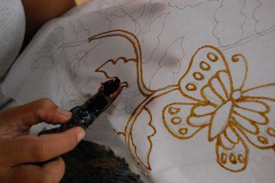 BAGAIMANA SIH CARA MEMBUAT BATIK TULIS Batik Indonesia sangat beragam, penuh dengan keunikan. Banyak sekali jenis dan motif batik yang ada dipasaran. Seringkali kita bertanya Tanya bagaimana sebetulnya cara membuat batik. Ternyata proses pembuatan batik begitu rumit dan memakan waktu...