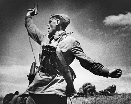 Comandante del batallón A. Eremenko durante una batalla. © RIA Novosti Max Alpert