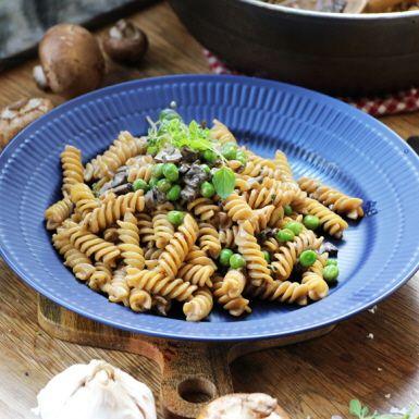 En krämig pastasås fullproppad med umami tack vare champinjonerna, vitlök, den ljusa sojan och näringsjäst. Den här veganska svampsåsen är en riktigt mumsig vardagspasta!