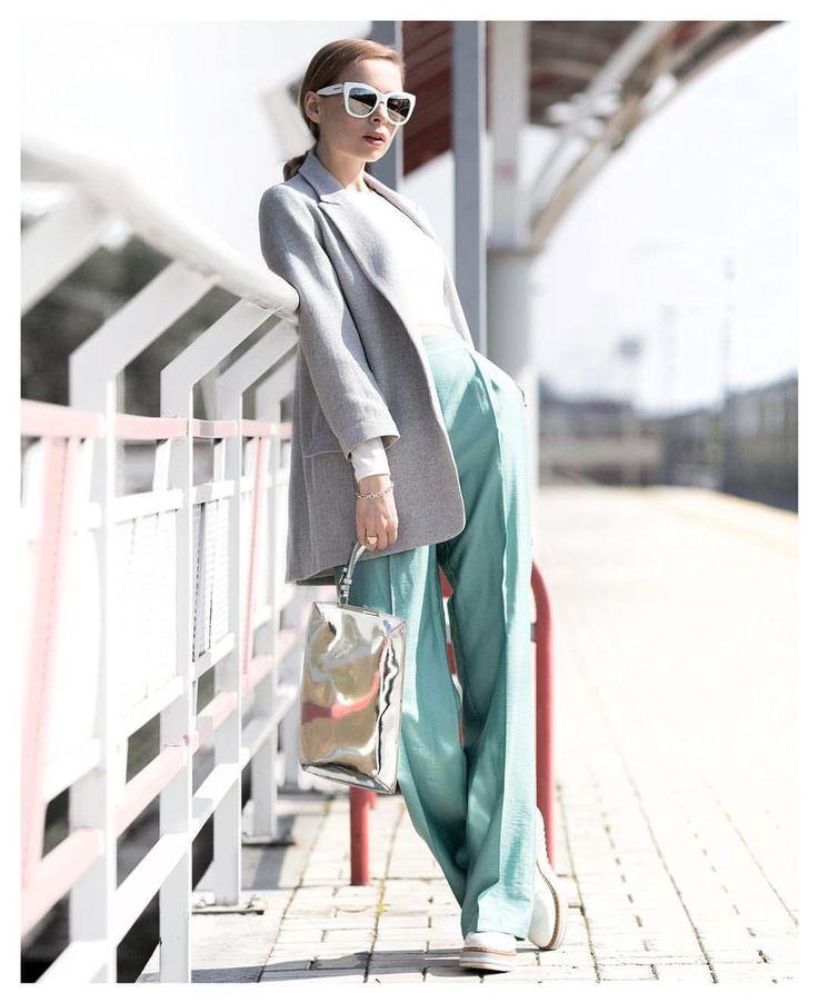 Женские брюки ментолового (мятного) цвета.
