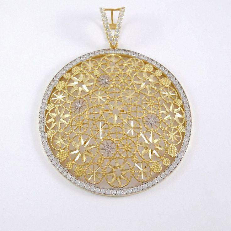 Sárga-fehér arany foglalt  medál   Súly: 9,7 g    Átmérője: 4,5 cm    Alkalmi viselet    Sárga-fehér arany kombinációjú kövekkel körbe foglalt részbe gyémánt vésett díszítéssel. Magas színvonalú megmunkálás, részletgazdag kidolgozás.