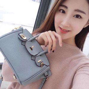 """バーキンスタイル20cm 可愛い小さいバーキンスタイルバーキン型 トゴ本革全9色全開‼️上品で長く使えるこれからの美人顔バッグ休日のお出かけにちょうどいい小ぶりのバッグ。ショルダーベルトもついているので、デートやお買い物でも負担になりません。シンプルなデザインだから、カジュアルにもエレガントな服装にも対応できます。■上質本革厳選した上質の銀付き本牛革を使用。革本来の柔らかさと質感が非常に美しい人気の素材です。素材★トゴ★ちょっと""""しっかり感""""がほしい方へ。キメが細かいため、スクラッチも付きにくい素材。トリヨンよりもキチッとした感じがでます。また、バッグの内側も本革でお作りしています。内側は、ぴたっと手に馴染む手触りのラムスキン素材です。■熟練職人の美ステッチ均一に並んだステッチは、熟練の職人の技によるもの。…"""