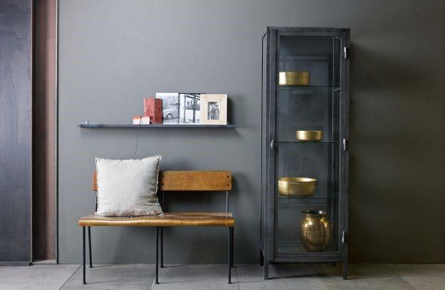 Houten bankje met een grijze muur en een grijze kast, dit is hoe de Brooklyn stijl eruit ziet. https://www.boer-staphorst.nl/inspiratiereis/
