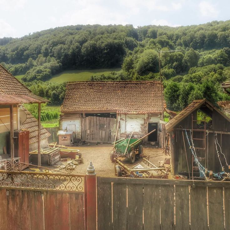 Village life in the middle of nowhere. #Romania #zalanpatak #village #countryside #countysideliving #weekend #dayout #mountains