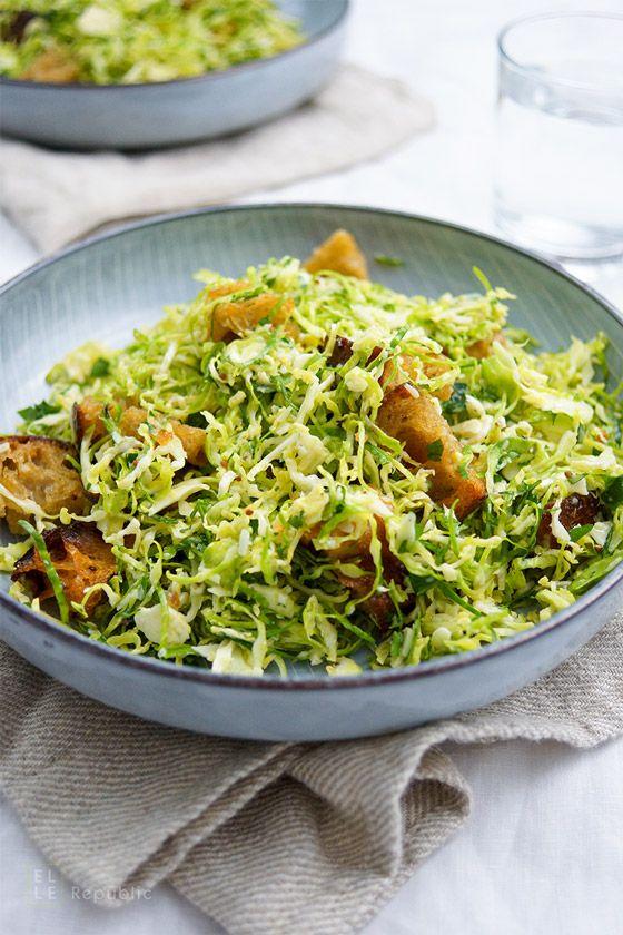 Rosenkohl Ceasar Salat mit Ciabatta-Kräuter-Croûtons - Dieser Salat ist ein einfaches, frisches und für Rosenkohl-Freunde perfektes Rezept, das ich aus dem klassischen Ceasar Salat heraus entwickelt habe. Den Rosenkohl habe ich geschreddert und in ein selbstgemachtes Dressing mit Parmesanscheiben und selbstgemachten Ciabatta-Croûtons gegeben. Ein herzhafter und gesunder Salat, der gut in die Wintersaison passt.