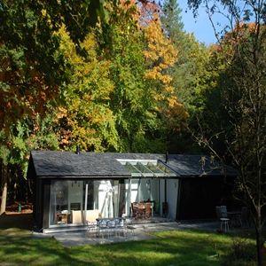 Vierhouten=De Boshut is een net nieuw gebouwde vakantiewoning (2-8 pers.) op een prachtige plek in de bossen  met uniek uitzicht over een open stuk in het bos. De toegang tot het Vierhouter bos en Elspeetsche heide ligt op nog geen 250 meter afstand. Tevens vrij gebruik  van het op 100 meter verder gelegen mooie privé natuurzwembad.